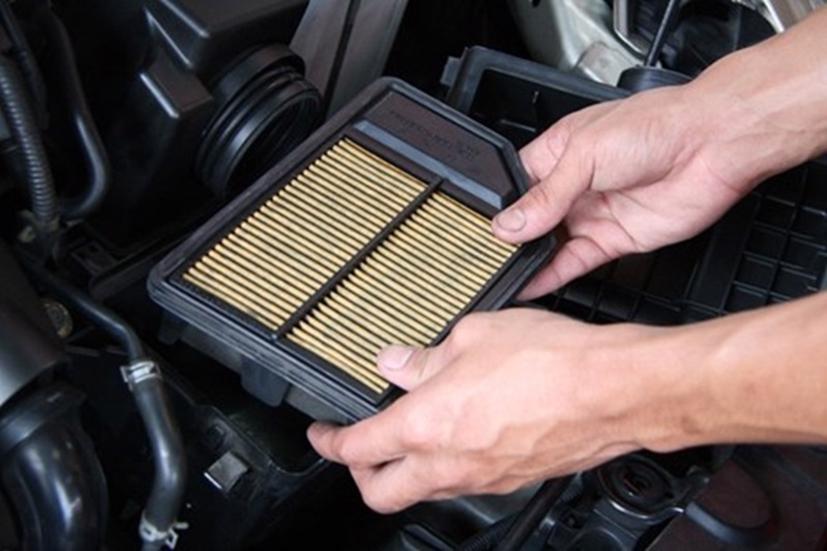 Lọc gió động cơ là một trong những chi tiết rất quan trọng của tô tô. Nhưng qua thời gian sử dụng, ô nhiễm môi trường lọc gió sẽ bị bẩn dẫn đến hiện tượng xe bị giảm bớt công suất, bị nóng máy hoặc tiêu thụ nhiên liệu nhiền hơn.