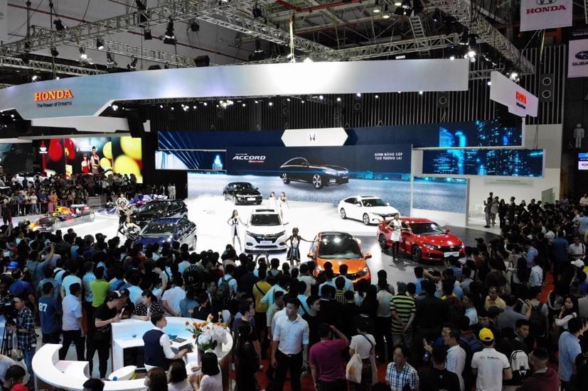 Nhờ chính sách ưu đãi 50% lệ phí trước bạ đối với xe ô tô sản xuất, lắp ráp trong nước, sản lượng của những xe này trong tháng 11 đã đạt 23.509 xe, tăng 15% so với tháng trước. Ảnh triễn lãm ô tô Việt Nam năm 2019
